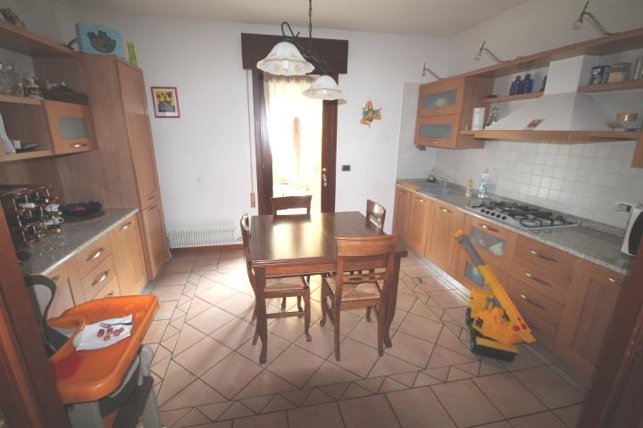 Immobile n. 2 - Cucina abitabile con accesso al portico esterno