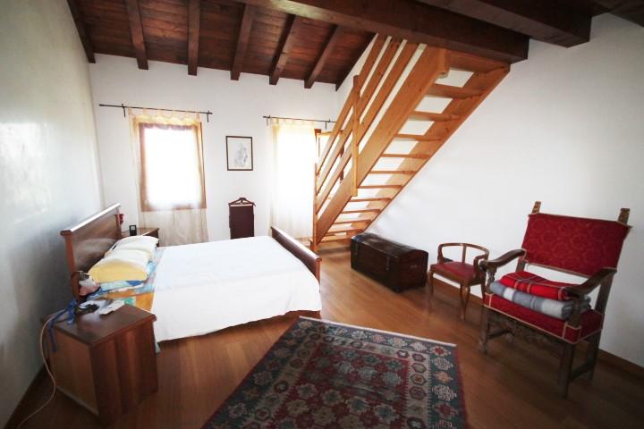 Camera matrimoniale n. 2 con bagno privato e soppalco-cabina armadio