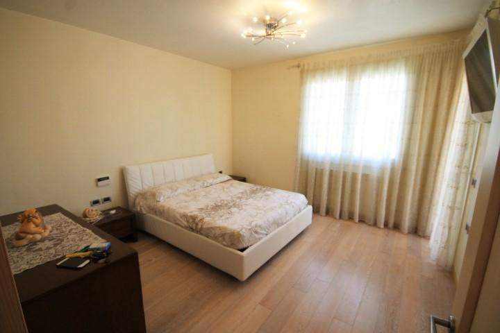 Camera matrimoniale con cabina armadio e terrazzetto privato