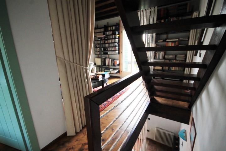 Accesso al piano primo ed alla zona lettura