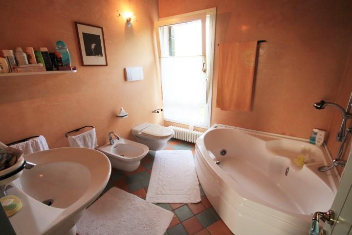 Bagno camera n. 2 con idromassaggio