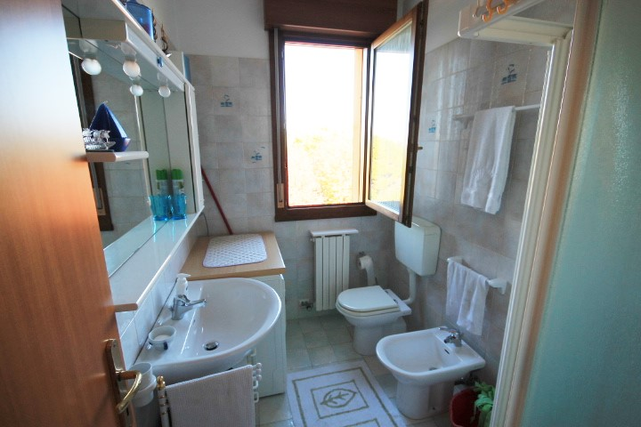 Bagno finestrato con lavatrice